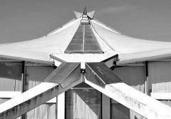 Detail Stadthalle / Mehrzweckhalle Neubrandenburg - Veranstaltungshalle, Hyparschalenkonstruktion - Architekt Ulrich Müther.