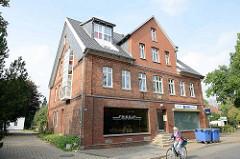Wohn- und Gewerbegebäude, Einzelhandel im Erdgeschoss - moderner Dachausbau.