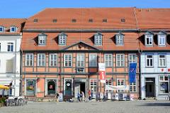 Historische Architektur in Waren - zweigeschossiges Fachwerkgebäude, erbaut um 1800 - Löwenapotheke am Neuen Markt.