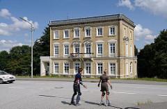 Historisches Gebäude der Gründerzeit am Deich der Billwerder Bucht. In dem gelbe Klinkergebäude befand sich früher eine Schule.