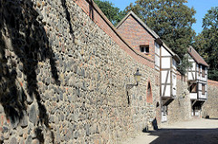 Historische Stadtbefestigung in Neubrandenburg - Stadtmauer mit Wiekhäusern. Das Wiekhaus ist eine Sonderform eines Verteidigungsbaus.