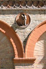 Detail / Pferdekopf - Büste an der Fassade vom Marstall im Schlossgarten von Neustrelitz, nach Bauplänen von Friedrich Wilhelm Buttel errichtet.