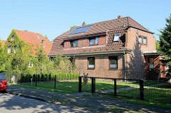 Doppelhaus mit  Krüppelwalmdach und Blendgiebel; Backsteinarchitektur in Hamburg Fuhlsbüttel.
