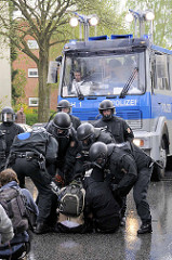 Polizeieinsatz - Demonstration in Hamburg Barmbek; StraßenblockererInnen sollen weggetragen werde.