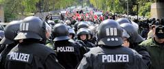 Nazidemonstration in Hamburg Barmbek - vorne Polizei, hinten feiern Nazis einen Nationalen 1. Mai.