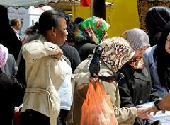 Neben Kleidung und Obst / Gemüse können auf dem Wilhelmsburger Wochenmarkt selbstverständlich auch Schuhe gekauft werden.