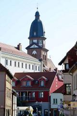 Blick durch die Kirchenstraße zum Neuen Markt in Waren - Kirchturm / Kuppel der St. Marienkirche.