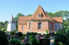 Kirche St. Severini in den Vierlanden von Hamburg Kirchwerder; der  Kernbau stammt aus dem 13. Jahrhundert.