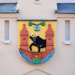 Wappen der Stadt Waren an der Müritz am historischen Rathaus - jetzt Stadtgeschichtliches Museum.