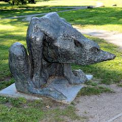 Skulptur im Öffentlichen Raum - Bronzefigur im Kulturpark Neubrandenburg.