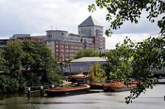Blick über die Bille und den Billekanal zum Verwaltungsgebäude der Behörde für Stadtentwicklung und Umwelt. Im Vordergrund liegen Arbeitsboote und Schuten.