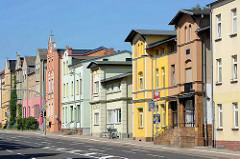 Architektur unterschiedlicher Bauformen / Hausgiebel; differenzierte Farbgebung der Hausfassaden; Mozartstraße in Waren / Müritz.
