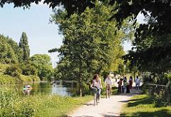 Das Ufer des Ernst-August-Kanals ist für die Bewohner und Bewohnerinnen Wilhelmsburgs und den Besuchern des Hamburger Stadtteils ein Naherholungsgebiet.