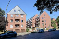Wohnblocks  mit Dachausbau, renoviert und Neubau; Seitenstraße mit Kopfsteinpflaster  in Hamburg  Dulsberg.