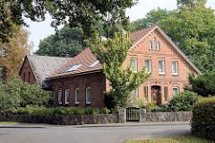 Bäuerliche Architektur, Backsteingebäude mit angrenzender Scheune - niedrige Feldsteinmauer als Grundstücksbegrenzung.