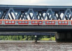 Die erste Eisenbahnbrücke über die Süderelbe wurde 1872 errichtet; diese wurde 1970 abgerissen und durch dei 340m lange Fachwerkbrücke ersetzt.
