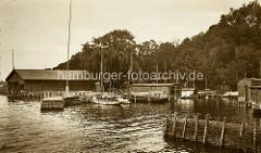 Alte Fotografie vom Sportboothafen in Waren an der Müritz - Segelboote und Booshäuser, Holzsteg / Buhne.