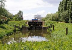 Blick zum Schleusentor vom Schmidtkanal - der 1895 gebaut Kanal wurde durch eine Schleuse getrennt.