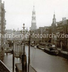 Alte Fotografie vom Nikolai Fleet  in der Hamburger Altstadt - Blick  zu Reimers Brücke  und Katharinenkirche.