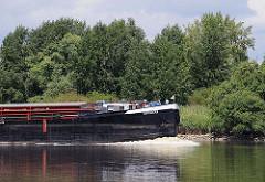 Das 80m lange Binnenschiff Rupenhorn auf der Süderelbe Richtung Schleuse Geesthacht.  Ufer Naturschutzgebiet Heuckenlock.