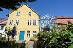 Rückseite Glasneubau, Foyer und Café vom Schauspielhaus Neubrandenburg - hist. Fachwerkhaus / Greve Haus.