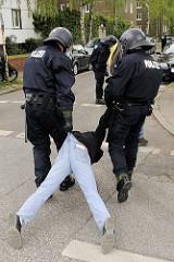 Der freundliche Abschleppdienst der Hamburger Polizei in Aktion - müder Demonstrant wird zum Ruheraum gebracht.