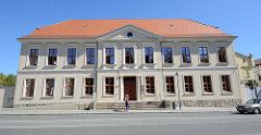 Historische Architektur des Klassizismus, ehemaliges Palais in der Tiergartenstraße von Neustrelitz.