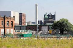 Blick  über das Gelände beim ehemaligen Güterbahnhof  Hamburg Altona zum Betriebsgelände der Holstenbrauerei.