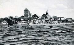 Historische Ansicht von Waren an der Müritz - Wohnhäuser am Seeufer, St. Marienkirche und Georgenkirche.