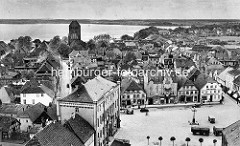 Historisches Flugbild / Luftaufnahme vom Neuen Markt  und Neuem Rathaus  - im Hintergrund die St. Georgenkirche und die Binnemüritz.
