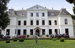 Herrenhaus in Hamburg Wellingsbüttel; erbaut um 1750 - 1888 vom Hamburger Architekten  Martin Haller um ein Geschoss aufgestockt.