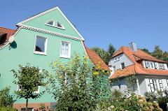 Blühende Blumen im Vorgarten, liebevoll restaurierte Einzelhäuser im Resedenweg im Hamburger Stadtteil Fuhlsbüttel.