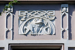 Jugendstilstuck - Frosch - an einer Hausfassade im Hamburger Stadtteil Altona/Nord.