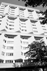 Hochhaus  am Alsenplatz  in Hamburg/ Altona-Nord - Vorbauten an der Fassade  ermöglichen eine Fensterausrichtung  nach Süden.