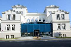 Historische Architektur / Klassizismus in Waren (Müritz), ehem. Landratsamt - jetzt Bankgebäude.