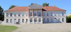historische Architektur im Schlosspark Neustrelitz, saniertes Kavaliershaus - umgebaut 1834 nach einem Entwurf Buttel.