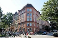 Mehrstöckiges Wohnhaus / Eck Gebäude im Baustil des Historismus, Ziegelfassade mit Zierbändern - Gerichtsstraße.