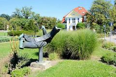 Moderne Metallskulptur / Sonnenuhr im Kulturpark Neubrandenburg - Künstler Gerd Wegner, Anfang der 1970 Jahre.