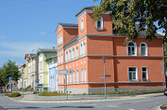 Farbig gestaltete Hausfassaden - Gründerzeitarchitektur in Waren / Müritz, Bahnhofstraße.