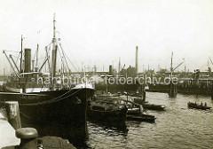 Historische Ansicht vom Hansahafen im Hamburger Stadtteil Kleiner Grasbrook. Frachtschiffe und Binnenschiffe liegen am Kai.