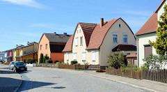 Wohnhäuser mit unterschiedlichen Dachformen / Bauformen - Seitenstrasse in Neubrandenburg.