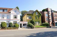 Historische Wohnhäuser mit kleinem Café - Hausfassade dicht mit  Wein bewachsen - Erdkampsweg in Hamburg Fuhlsbüttel.