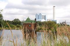 Blick auf eines der Filterbecken der Wasserwerke Rothenburgsort auf Kaltehofe. Im Hintergrund das Kraftwerk Tiefstack in Hamburg Billbrook.