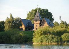 In der Villa mit dem spitzen Turmdach hinter dem Deich der Norderelbe war das Labor und Teile der Verwaltung der Wasser-Filtrierwerke von Kaltehofe untergebracht.