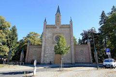 Friedhofskapelle am neuen Friedhof in Neustrelitz; 1850 unter der Leitung des Landesbaumeisters Buttel im neugotischen Stil errichtet.