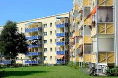 Neubauten / Mietswohnungen, farbige Balkonverkleidungen - Wohnblocks in Waren / Müritz.