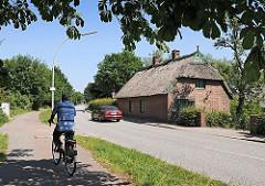 Georgswerder ist ein Ortsteil des Stadtteils Wilhelmsburg. Ein historisches Strohdachhaus steht dicht an der Georgswerder Strasse Niedergeorgswerder Deich.