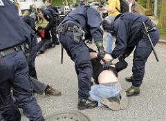 Demonstranten werden von freundlichen Polizisten aufgeholfen oder  um Begleitung gebeten - Demonstration in Hamburg Barmbek.