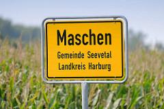 Ortsschild von Maschen, Gemeinde Seevetal - Landkreis Harburg; im Hintergrund ein Maisfeld.