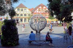 Neuer Markt Waren / Müritz - historische Architektur der Innenstadt. Trinkbrunnen, Bildhauer Walther Preik.